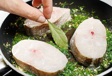 Фото приготовления рецепта: Хек в зеленом чесночном соусе - шаг 3