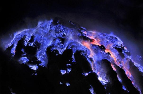 Kawah Ijen — вулкан с голубой лавой