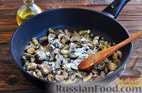 Фото приготовления рецепта: Грибы в сметанном соусе - шаг №4