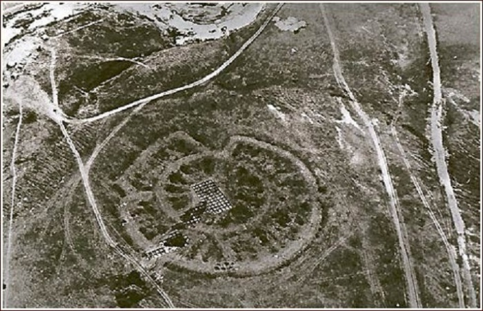 Говорят ему 30 тысяч лет, и Стоунхэндж сильно до него не дотягивает, он описан в древних книгах, ориентирован по звездам и построен Ариями.