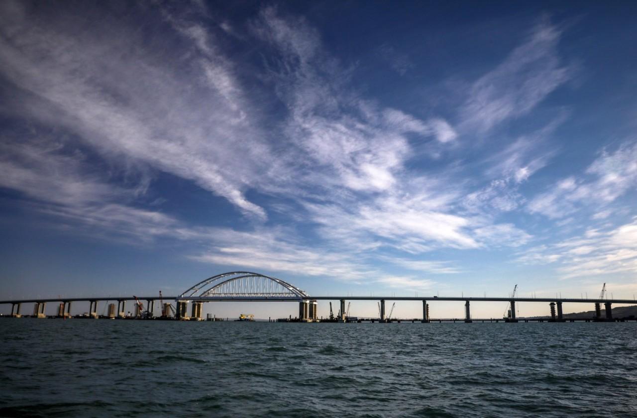 Срочная новость!Плавучий кран врезался в Крымский мост