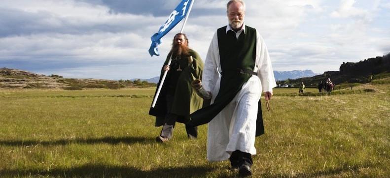 На фото: жрец церкви Ásatrúarfélagið и его последователь интересные факты о стране, исландия, факты