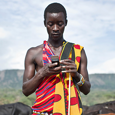 Что будет, еÑли ÑброÑить на африканÑкую деревню Ñщик Ñмартфонов?