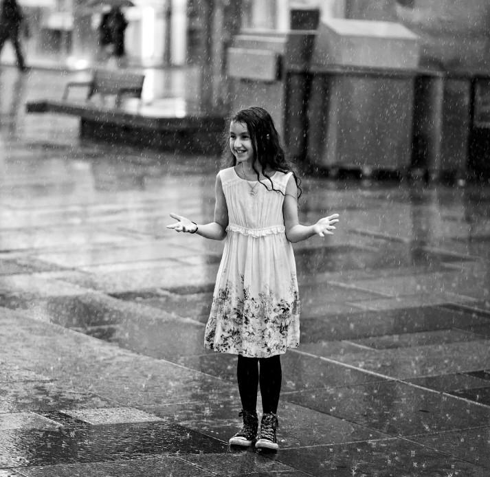 Девочка под дождем. Фото: Oleksandr Gontar