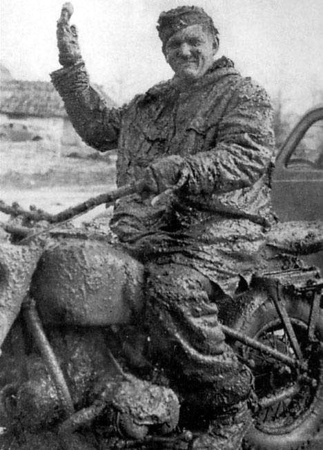 Немецкий мотоциклист на российских дорогах, 1941 г.