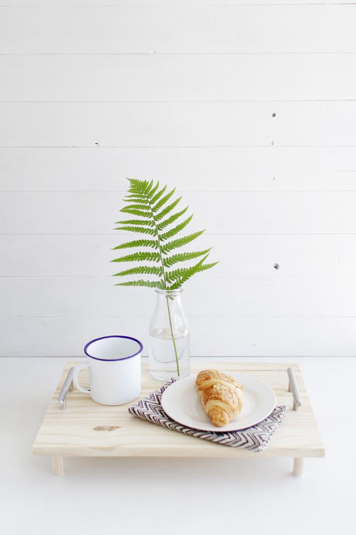 Маленький столик для завтрака. Делаем сами