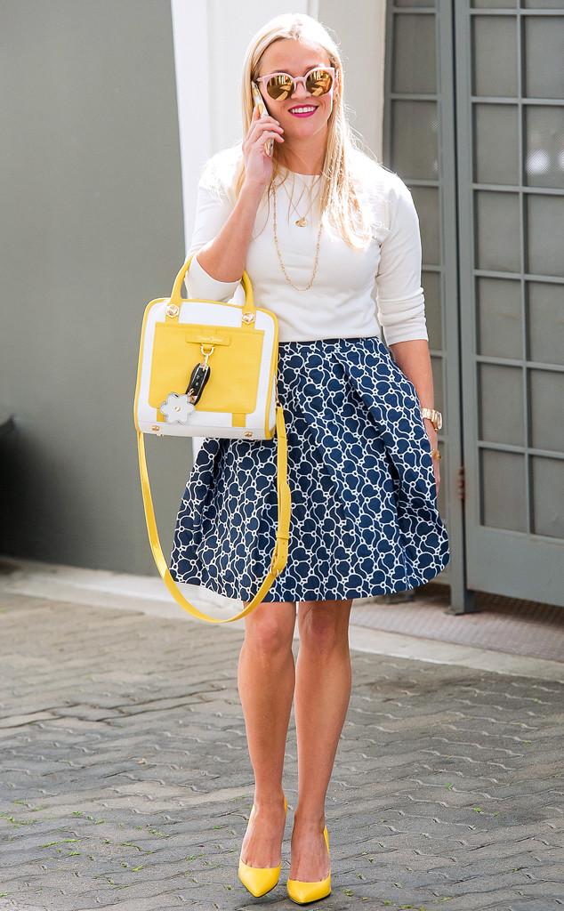 Риз Уизерспун дополнила образ желто-белой сумкой