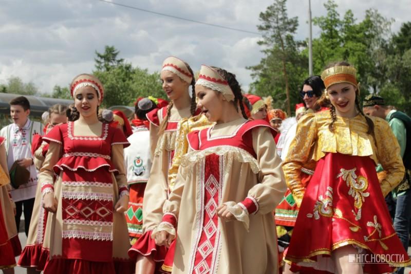 А вы хотите День России праздновать Парадом национальной одежды? Опрос.