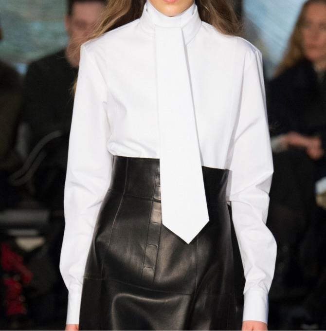"""какие деловые блузки модные в 2019 году - белая модель с крупным """"мужским"""" галстуком"""