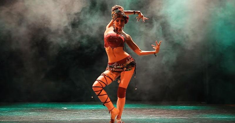 Восточный танец этой девушки кардинально отличается от привычных нам танцев живота. Вы такого еще не видели!