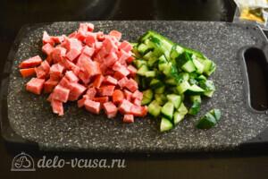 Салат из лапши быстрого приготовления с колбасой: фото к шагу 2