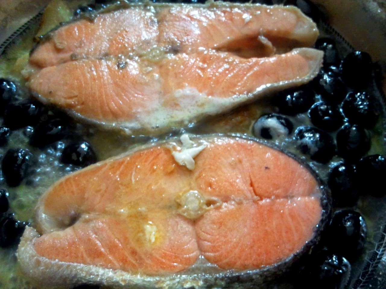 Рыба с маслинами, в белом вине.