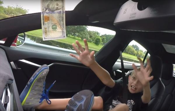 Отец даст сыну 100 долларов, если тот дотянется до купюры во время разгона Tesla