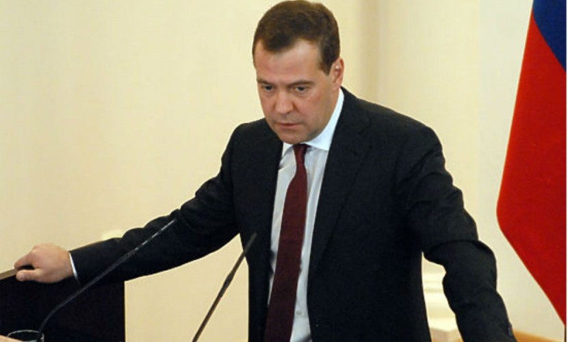 Медведев отметил «спокойную» ситуацию с безработицей при низком росте экономики