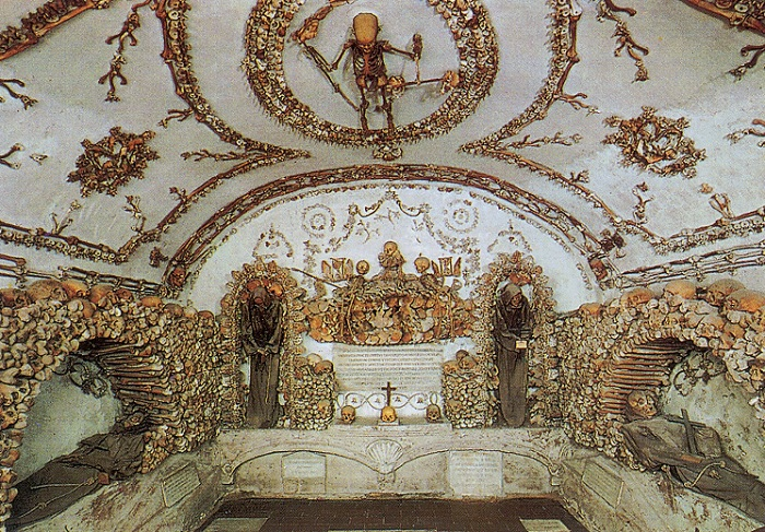 Декор, выполненный из 4000 умерших монахов капуцинов.