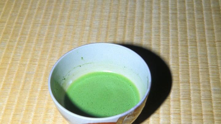Врачи рекомендовали заменить кофе на зеленый чай, чтобы реже посещать двух специалистов