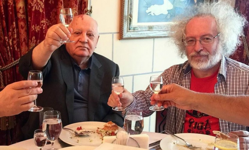 Горбачев выпил водки с Венедиктовым и «атаковал» его тростью в гостиничном ресторане