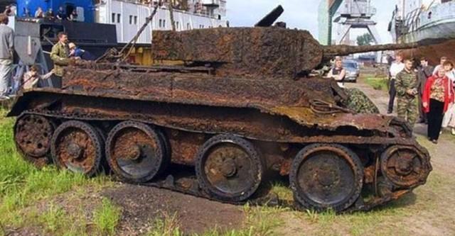 Археологи обнаружили танк времён войны. Когда открыли его – не поверили своим глазам!