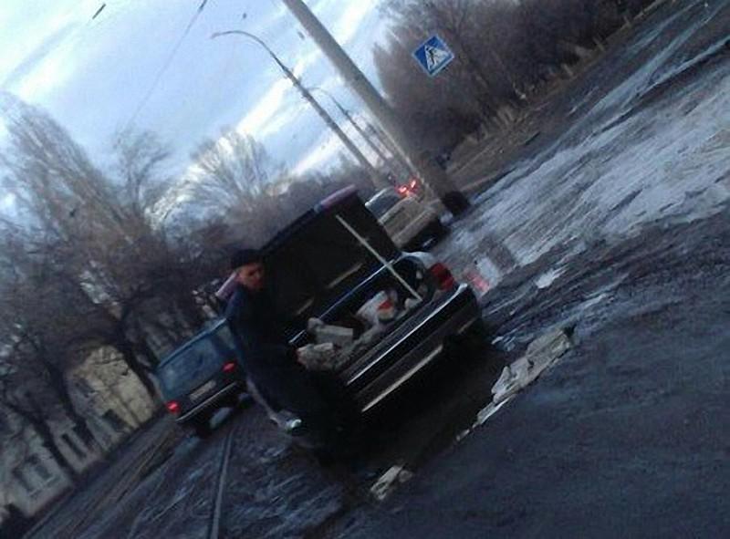 Житель Саратова самостоятельно ликвидирует ямы на дорогах