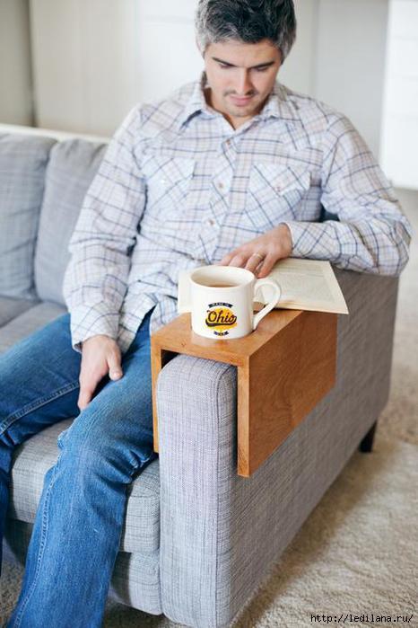 Как сделать столик на подлокотник дивана