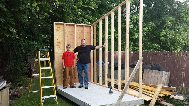 13-летний мальчик построил собственный мини-дом в саду. Ты разинешь рот, когда заглянешь внутрь!