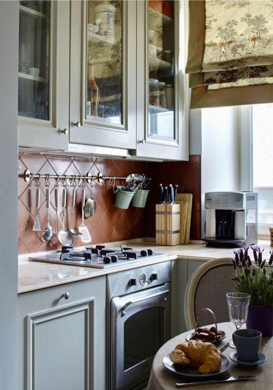 Рейлинги в интерьере классической кухни