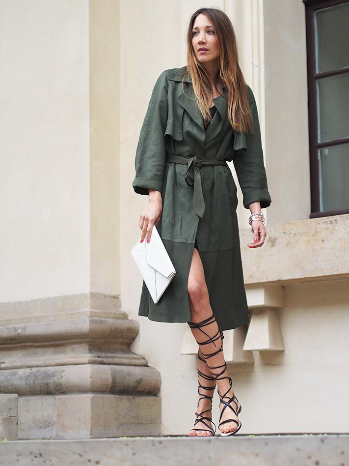 Девушка в платье-тренче и сандалиях