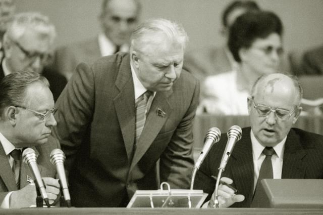 Лев Зайков, Егор Лигачёв и Михаил Горбачёв. 1988 год