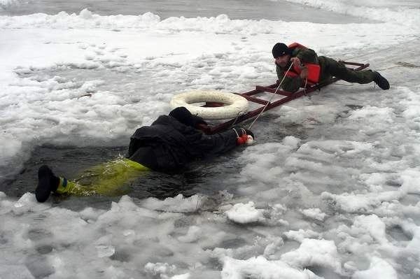 Способы спасения провалившегося на льду
