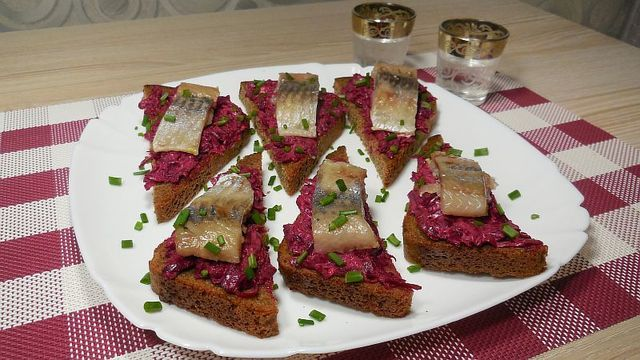 Фото к рецепту: ✅универсальная закуска с селёдкой/ отличный вариант на праздник