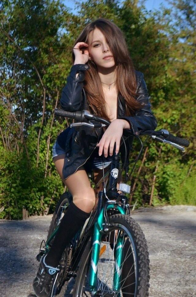 1 велосипедистки, </div> велосипеды, девушки