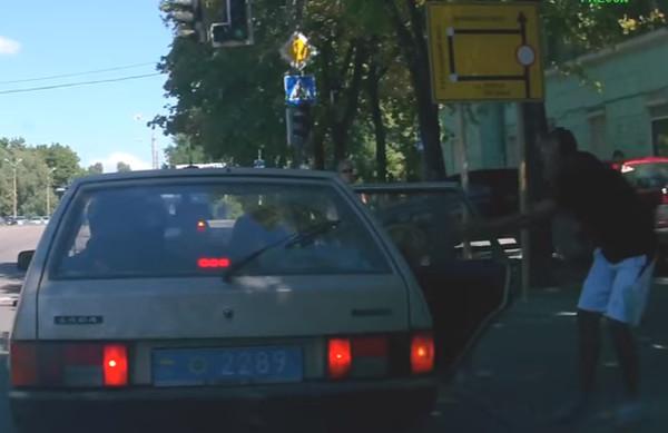 В Днепре парень вернул полицейским мусор, который они выбросили из авто