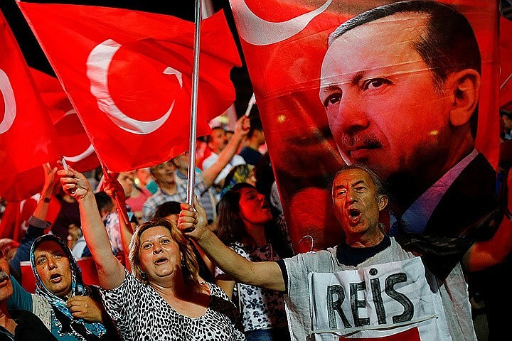 СМИ: 17 турецких чиновников сбежали в Грецию на надувной лодке