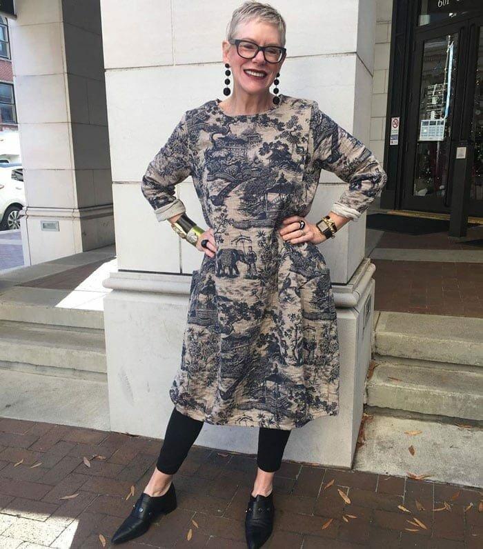 Взрослая дама в платье и лосинах. /Фото: cdn.shortpixel.ai