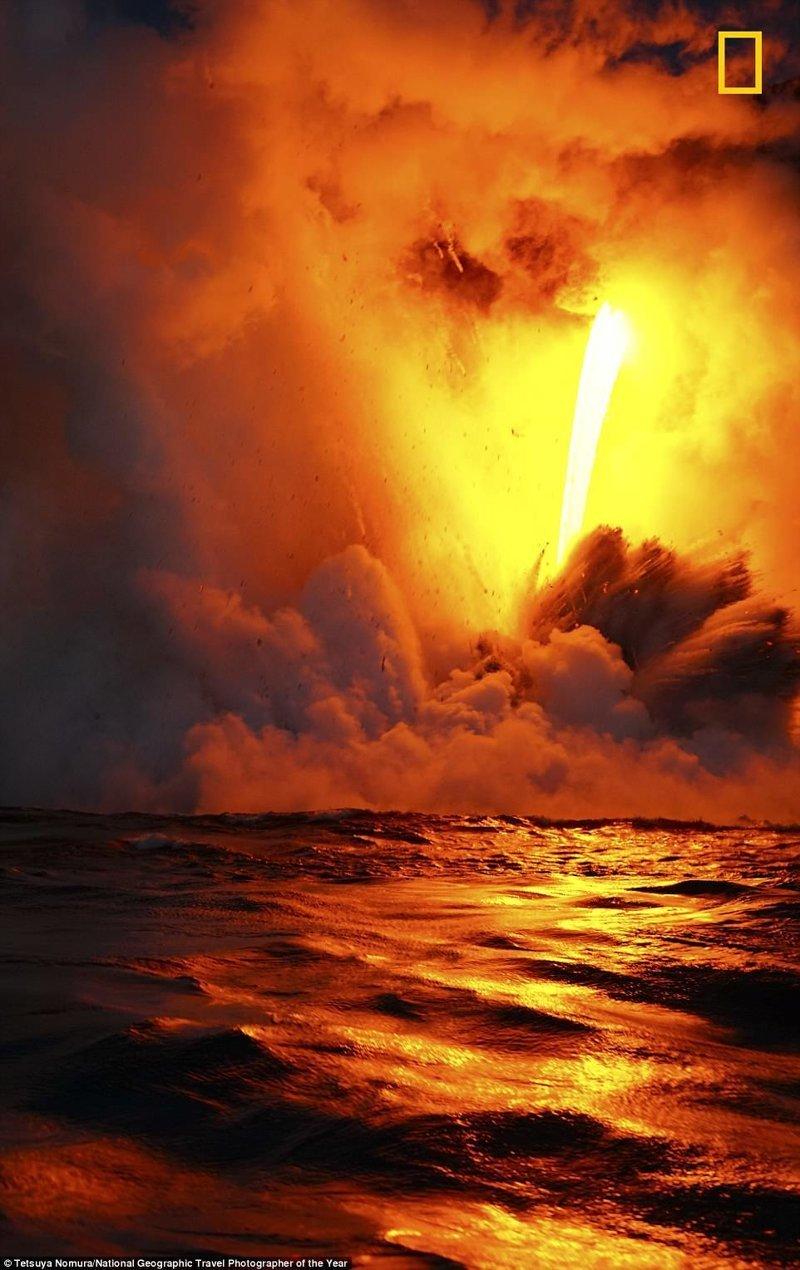 Стекание лавы в море после извержения вулкана в Боливии. Тэцуя Номура, Япония National Geographic Travel, National Geographic Traveler, national geograhic, лучшие фото года, лучшие фотографии, путешествия, фотоконкурс, фотоконкурсы. природа
