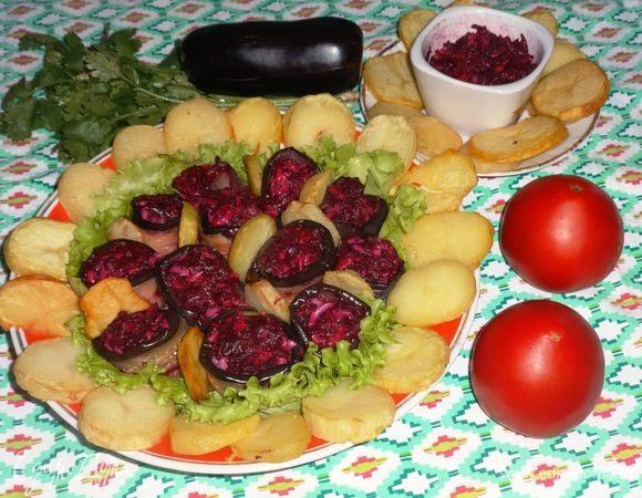 Рулетики из баклажанов со свекольной начинкой и картофелем