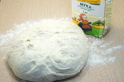 В другую часть муки высыпать на стол и подмешивать в тесто, вымешивать 15-20 минут.