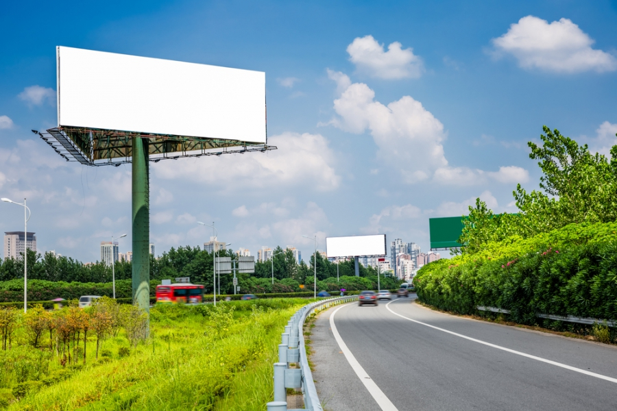 Нелегальную рекламу на дорогах научатся убирать за три часа