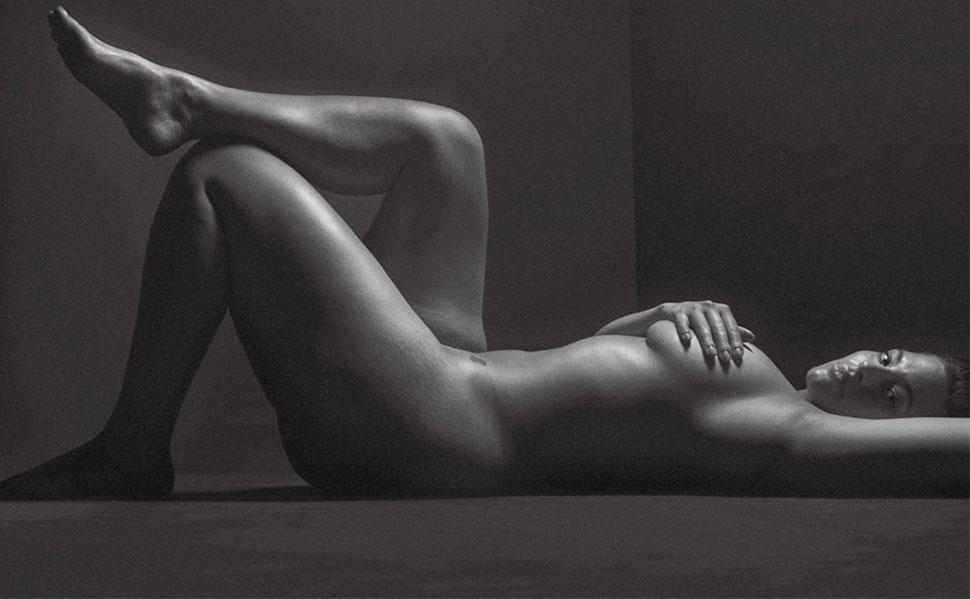 Сексуальность в теле: откровенная черно-белая фотосессия модели размера плюс Эшли Грэм