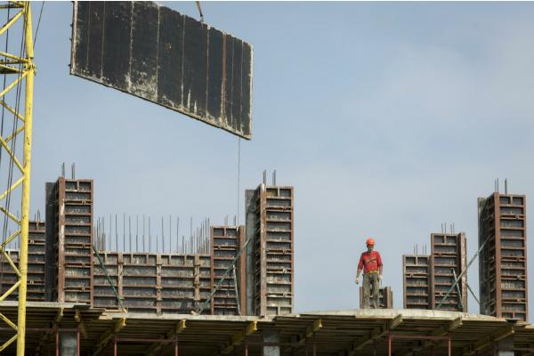 Иски дольщиков и неопределенность: банки готовятся контролировать строительство жилья