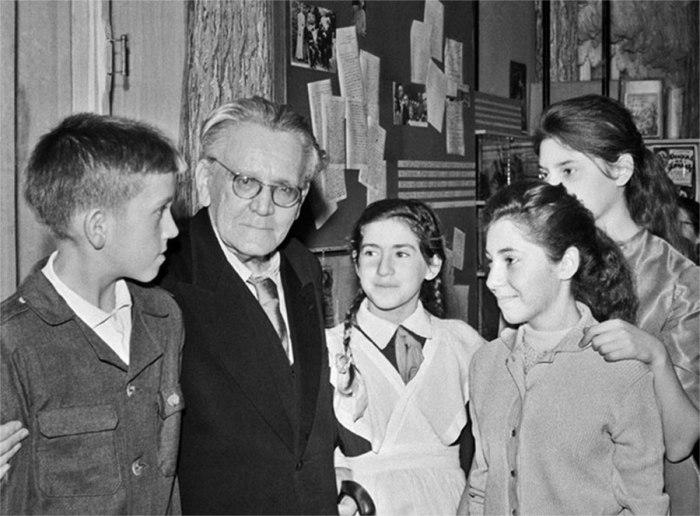 Русский поэт Самуил Яковлевич Маршак на встрече с московскими школьниками.