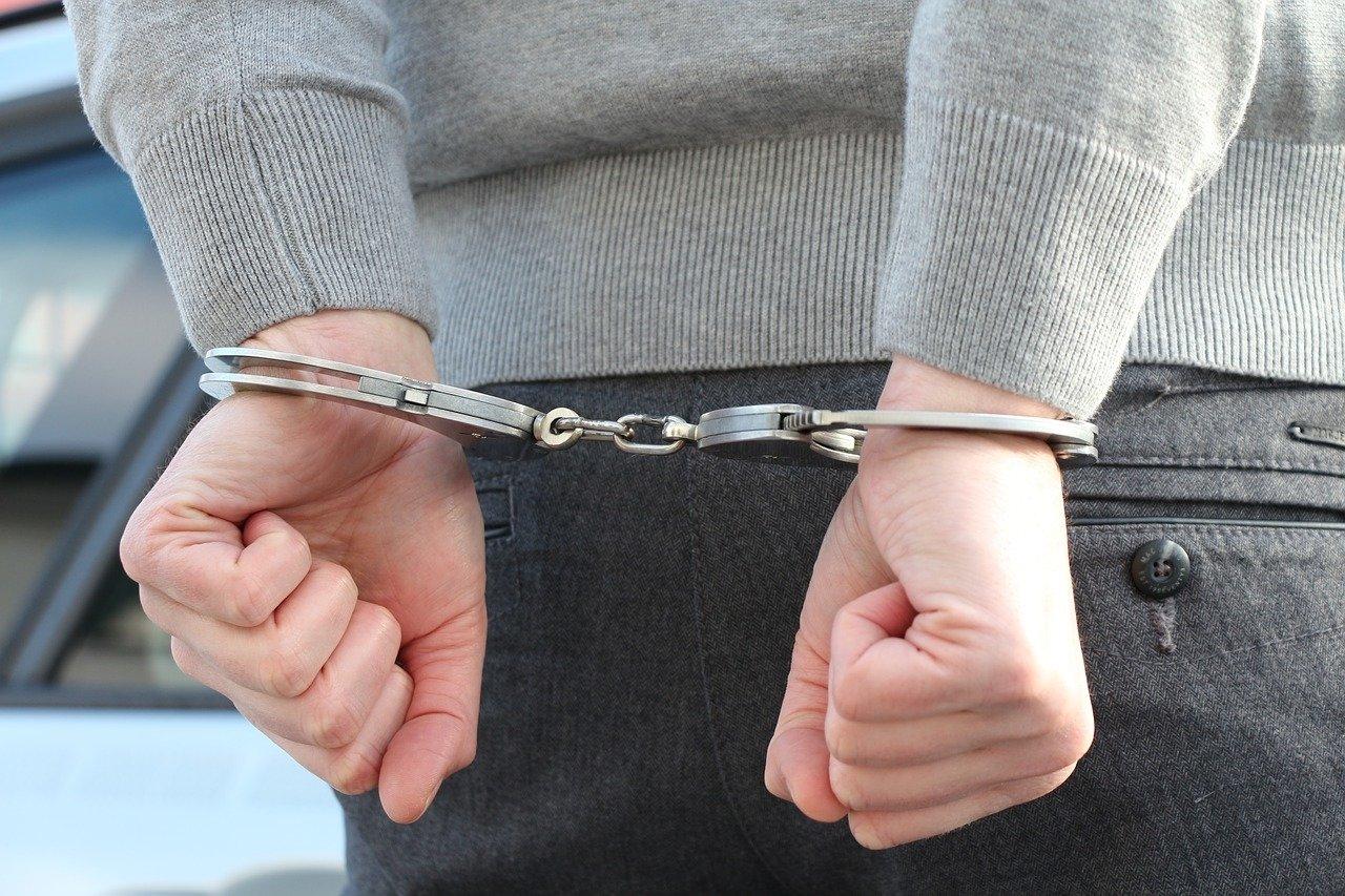 В Хакасии неизвестный пытался изнасиловать школьницу в подъезде жилого дома