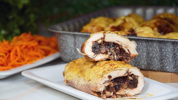 Куриные рулеты с черносливом и грецкими орехами