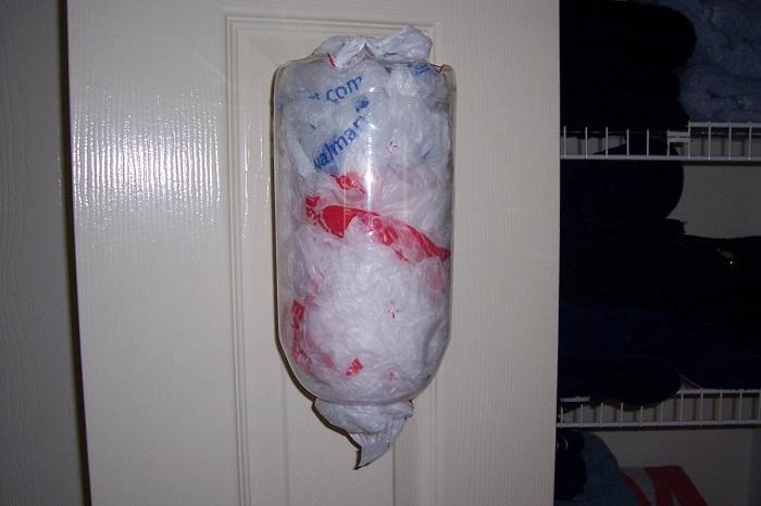 Отрежьте низ и верх у бутылки, чтобы было удобно складывать и доставать пакеты. / Фото: infourok.ru