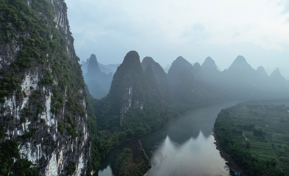 Вид с воздуха на реку Ли в туманный день.
