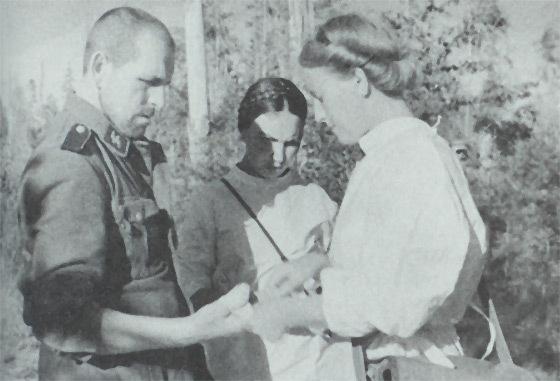 Советские медсёстры перевязывают легкораненного пленного эсэсовца.