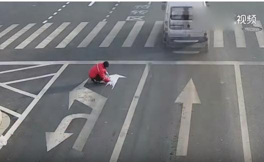 В Китае мужчина, устав от пробок, самовольно изменил дорожную разметку