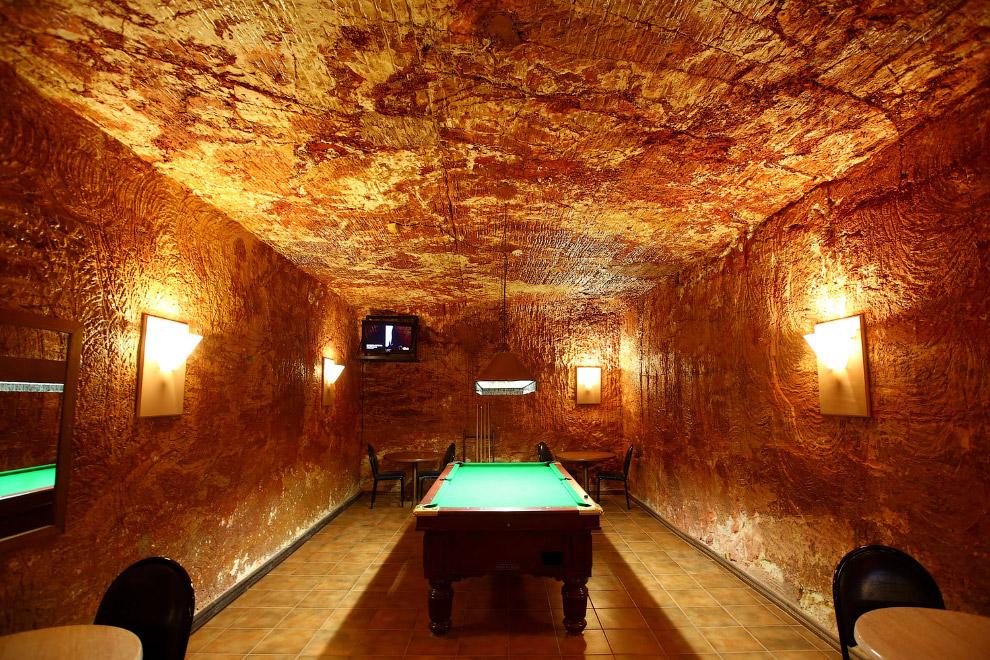 Как насчет подземного бильярда в подземном баре в отеле Desert Cave в Австралии