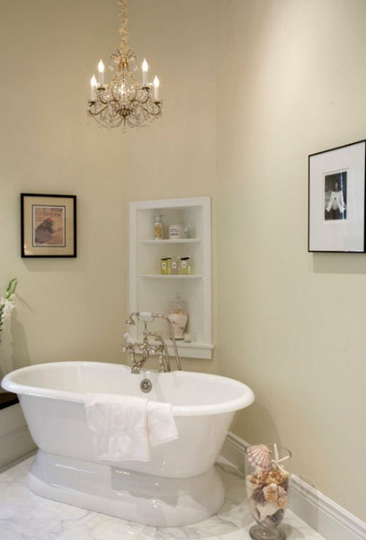Стильная угловая полка в ванной комнате