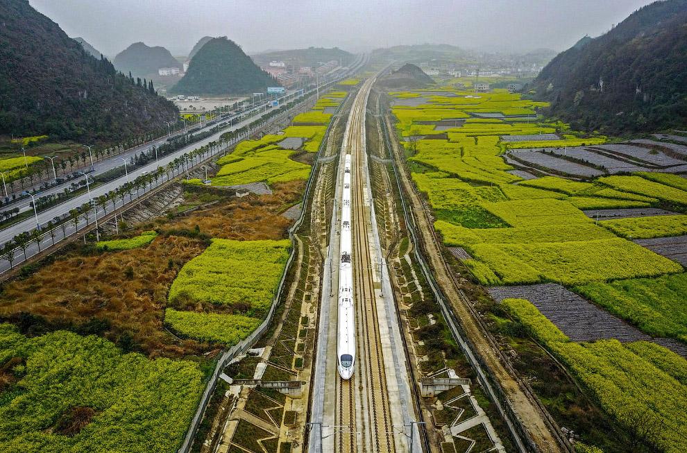 Скоростной поезд на юго-западе Китая